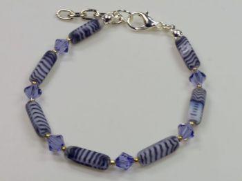 Armband mit satinierten Glassteinen