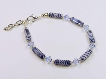 Armband mit Glassteinen in violett