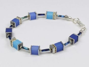 Würfelarmband in diversen Blautönen