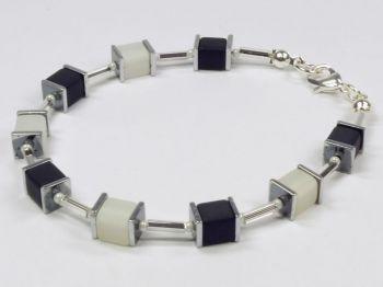 Würfelarmband in schwarz-weiß