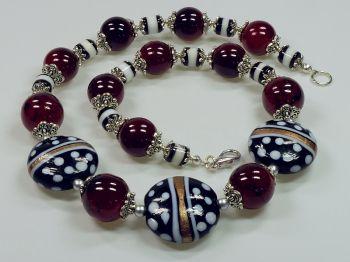 Halskette in schwarz-weiß-rot