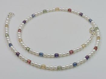 Perlenkette mit bunten Steinchen