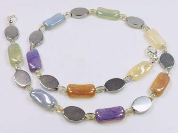 Halskette mit Glassteinen in Pastellfarben