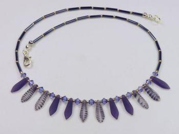 Collier mit satinierten Glastropfen in lila