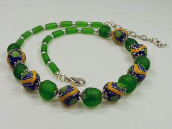 grüne Halskette mit bemalten Perlen