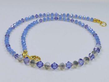 Zarte Halskette in blau mit Glitzereffekt