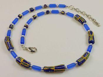 blaue Halskette mit bemalten Perlen