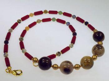 Halskette mit versteinertem Holz