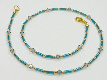 Zarte Halskette in petrol mit Kristallen