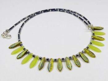 Collier mit gelbgrünen Glastropfen