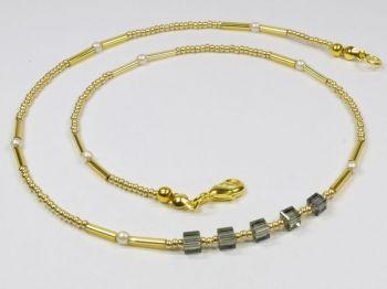 goldfarbenes Collier mit glitzernden Würfeln