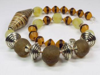 asymmetrische Halskette in erdfarben