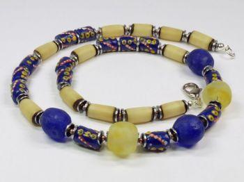 Halskette mit handbemalten Perlen in blau-gelb