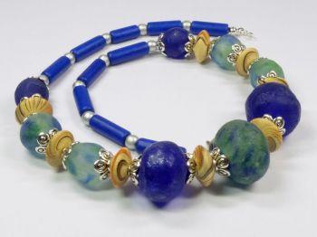 Halskette mit Recycle-Glasperlen aus Ghana