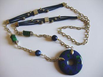 hl121-halskette-mit-donut-anhanger-in-blau-grun.jpg