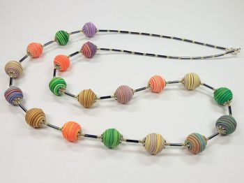 Halskette mit bunten Wickelperlen
