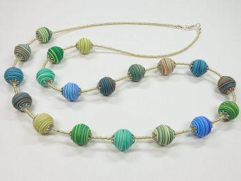 Halskette mit blau-grünen Wickelperlen