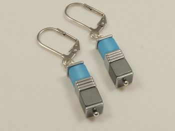 Ohrhänger mit Würfeln in hellblau