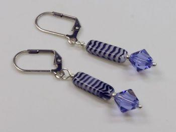 Ohrschmuck mit Glassteinen in violett