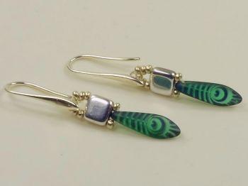 Ohrhänger mit grün gemusterten Glastropfen